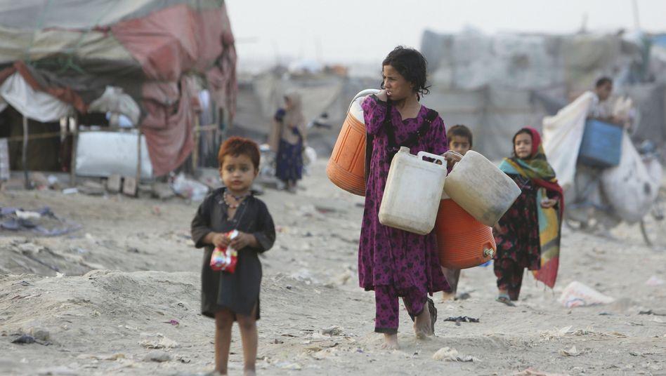Afghanische Flüchtlingskinder in einer Notunterkunft in Pakistan: kaum Chancen auf Bildung