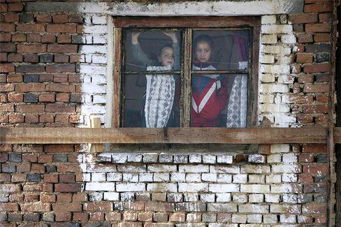 Schaulustige bei einer traditionellen Hochzeit der Pomaken in Ribovno: In Bulgarien fordert eine Bürgervereinigung, Türkisch als zweite Amtssprache einzuführen.