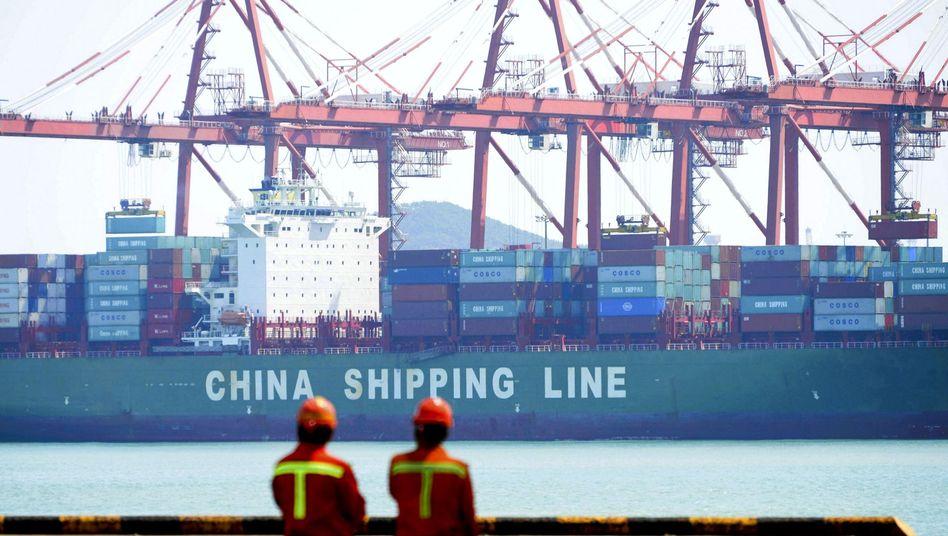 Containerschiff im chinesischen Qingdao (Archiv)