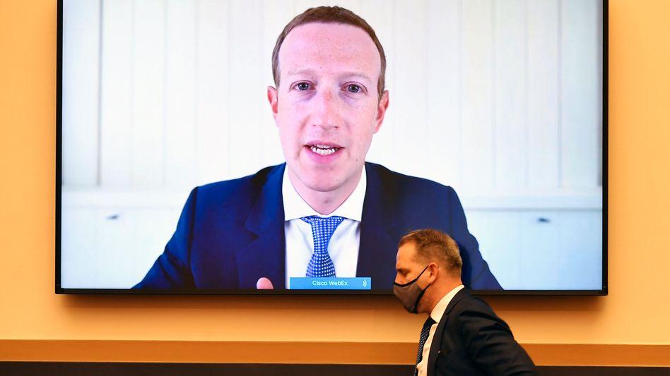 Facebook-Chef Zuckerberg bei Anhörung: Die einen wollen wissen, wieso Fehlinformationen online bleiben - die anderen, wieso sie manchmal gelöscht werden