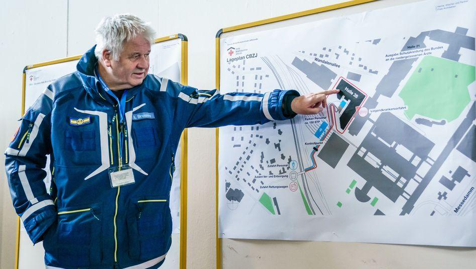 Projektplaner Broemme vor einem Plan der Berliner Messehallen