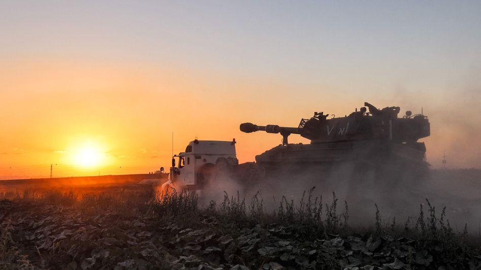 Eine israelische Panzerhaubitze wird an die Grenze zum Gazastreifen transportiert.