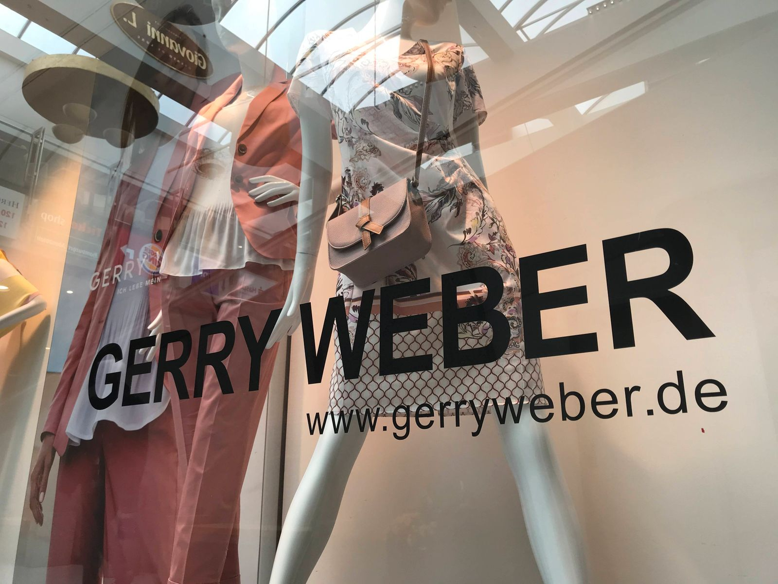 Das Logo vom Modehersteller Gerry Weber ¸ber einer Filiale 02.04.2020 *** The logo of fashion manufacturer Gerry Weber a