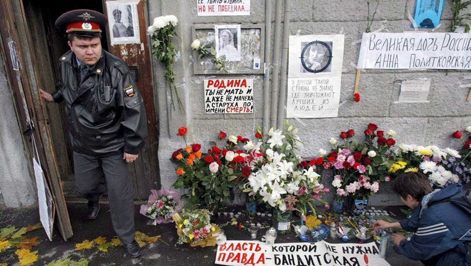 Blumen vor dem Haus der erschossenen »Nowaja Gaseta«-Journalistin Anna Politkowskaja (Archivbild von 2006)