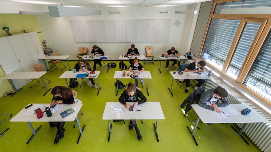 Abiturienten in Sachsen: Im Mathe-Leistungskurs kamen die Prüflinge im Schnitt nur auf die Note 3,1 - im Vorjahr lag der Durchschnitt noch bei 2,5