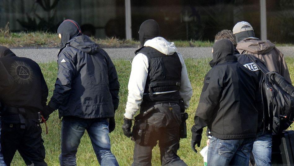 Festnahme des mutmaßlichen Rechtsextremisten André E. (2.v.l.): Arbeitet die Polizei effektiv genug?