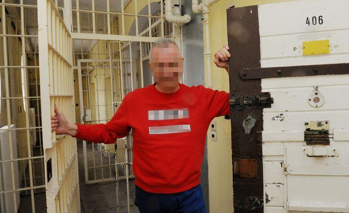 Mutmaßlicher Betrüger Karl-Leo S. in einer seiner Immobilien, einem ehemaligen Frauengefängnis