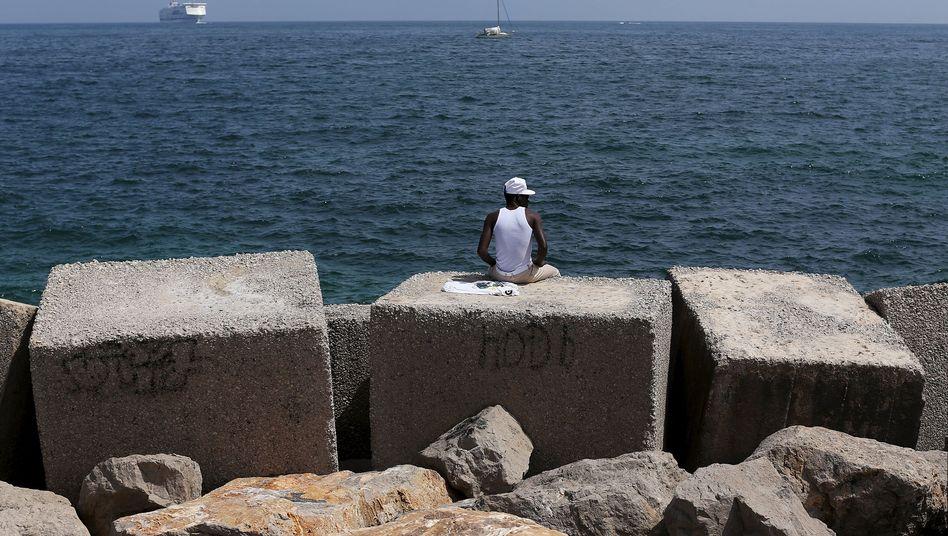 Geschafft: Ein Flüchtling schaut im Hafen von Palermo auf das Mittelmeer