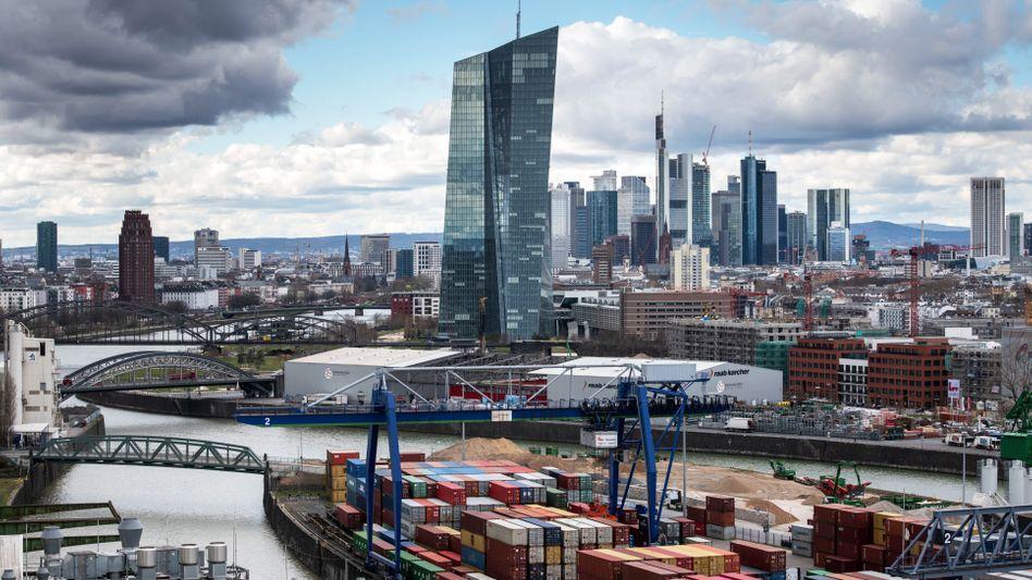 Frankfurter Bankenviertel, mit der Europäischen Zentralbank im Vordergrund: Investment in Anlagen mit geringerer Kreditwürdigkeit