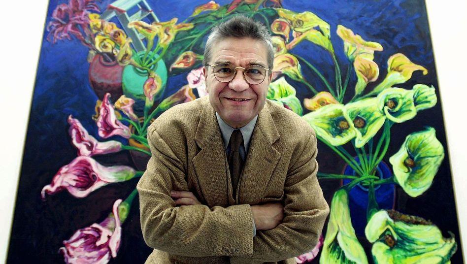 """Norbert Tadeusz vor einem seiner Bilder zum Thema """"Existenz und Passion"""""""