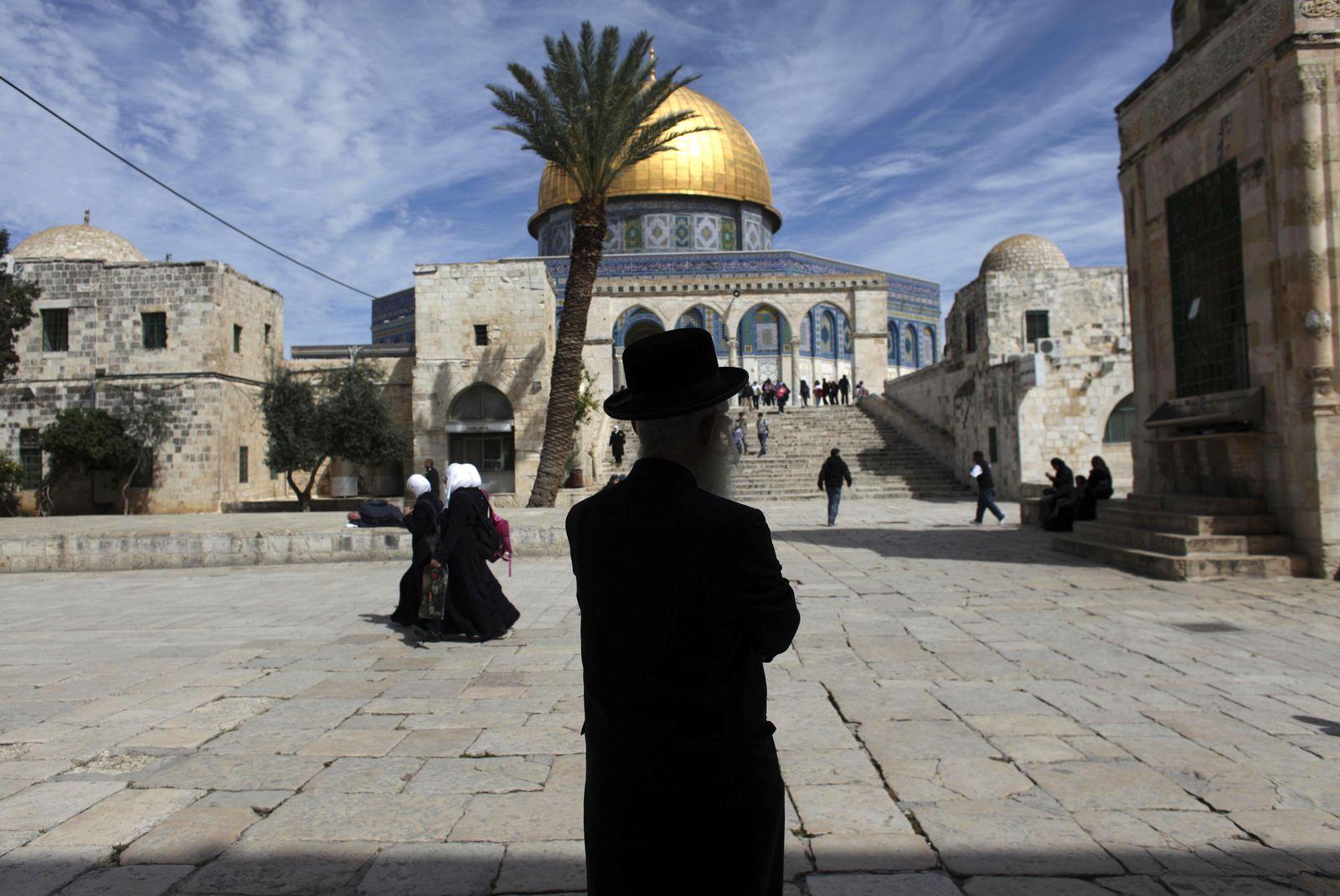 Jerusalem Altstadt / Ultra-Orthodoxe Jude vor Moschee