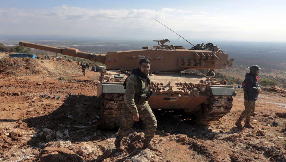 Syrische und türkische Soldaten mit Leopard-Panzer