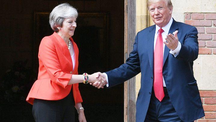 Trump in Großbritannien: Händeschütteln und Proteste