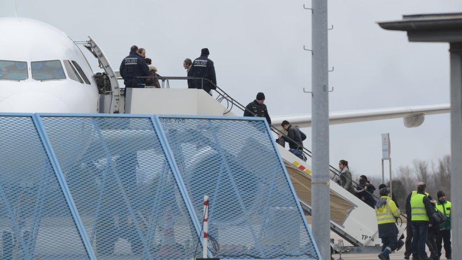 "Abschiebung am Baden-Airport (im Feb. 2015): ""Konsequent umgesetzt"""