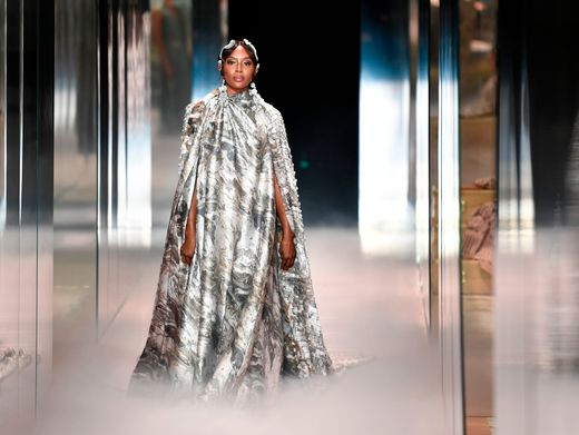 Fließende Stoffe statt wallender Roben: Naomi Campbell in einem hochgeschlossenen Abendkleid mit passendem Umhang.
