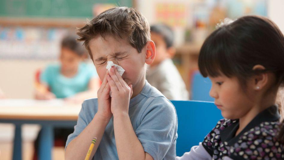 Kind mit Schnupfen in der Klasse: In vielen Bundesländern ist das okay (Symbolbild)
