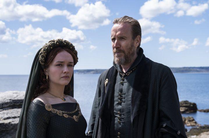 Olivia Cooke als Alicent Hightower und Rhys Ifans als Otto Hightower