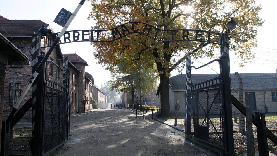 Tor im KZ Auschwitz (Archiv): Beihilfe zum Mord in mindestens 300.000 Fällen