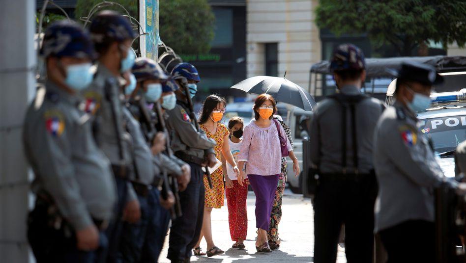 Sicherheitskräfte in Myanmar vor Demonstration (4. Februar): erst der Putsch, dann die Proteste
