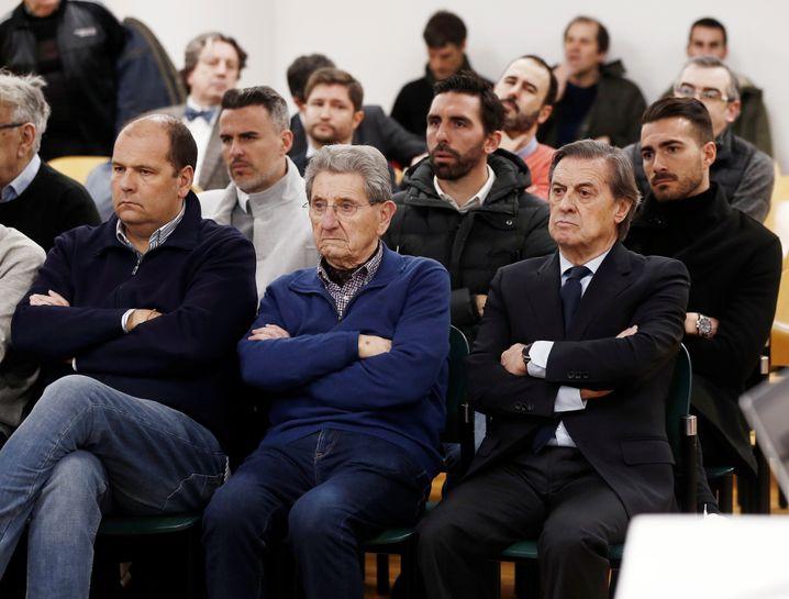 Osasunas ehemaliger Präsident Miguel Archando (vorne rechts) machte im Gerichtssaal mit wüsten Beschimpfungen auf sich aufmerksam