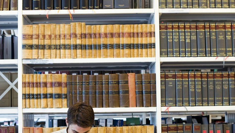 """Junger Jurist beim Lernen: Selbst mit einem """"Ausreichend"""" muss man nicht scheitern"""