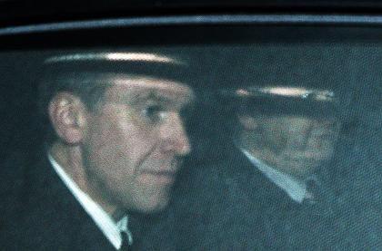 Regierung am Ende: Yves Leterme verlässt im Auto den Sitz des Königs