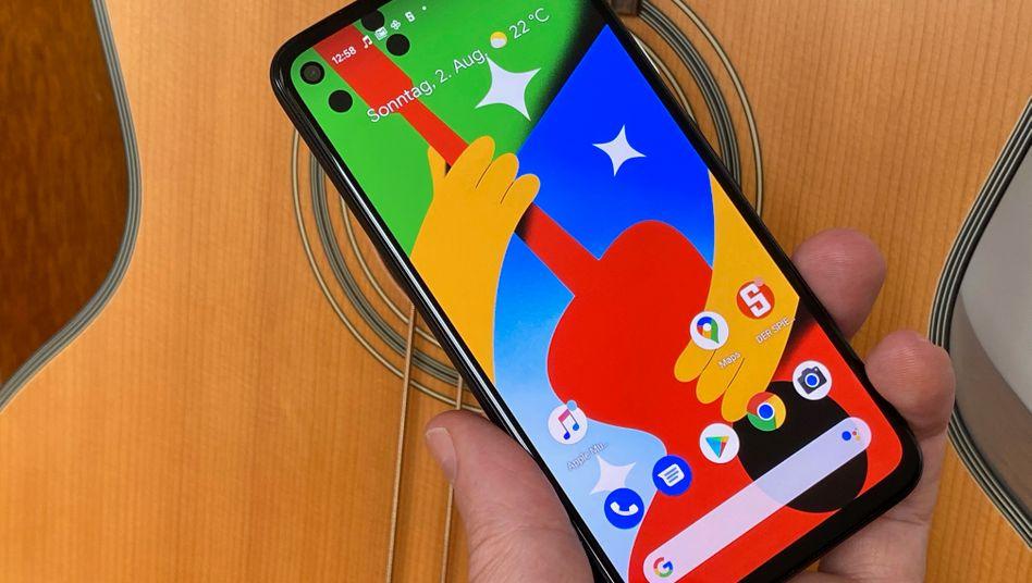 Google Pixel 4a: Einige neue Bildschirmhintergründe sollen wohl hauptsächlich die sogenannte Punch-Hole-Kamera oben links im Bildschirm kaschieren