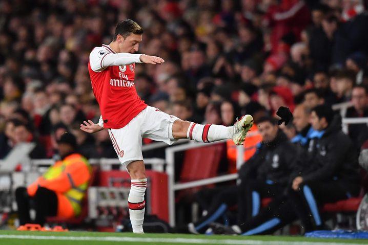 Seinen Ärger über den Spielverlauf ließ Özil an einem Handschuh aus