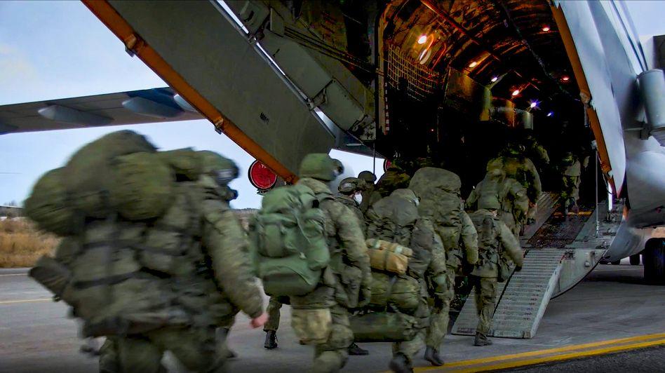 Russische Friedenstruppen steigen in ein Militärflugzeug nach Bergkarabach ein