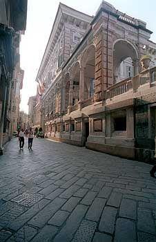 Prachtstraße Via Garibaldi: Die Palazzi ragen bis zu sieben Stockwerke hoch in den Himmel