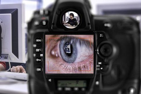 Datenklau per Teleobjetiv: Aus Reflexionen auf Gebrauchsgegenständen entziffern Forscher, den Inhalt von PC-Bildschirmen