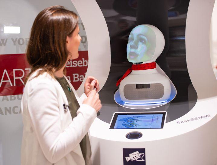 """Test-Roboter """"Semmi"""" im Reisezentrum des Berliner Hauptbahnhofs"""