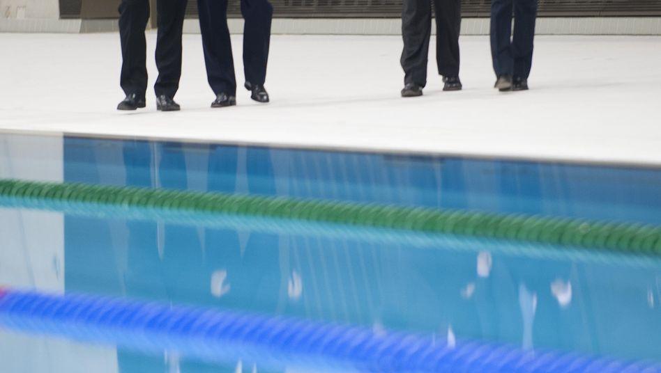 Britischer Premier Cameron (2.v.l.) auf dem Olympiagelände: Sorgen um die Sicherheit
