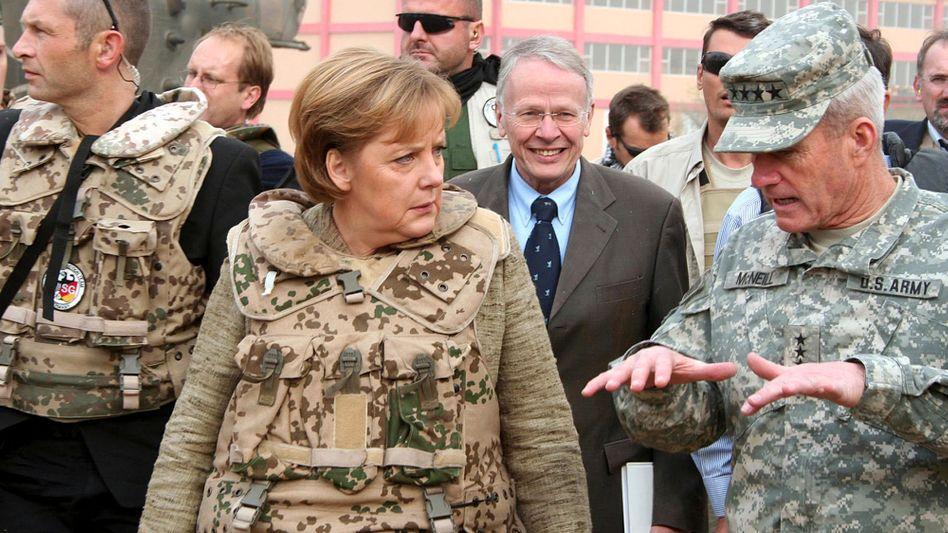 Merkel beim Truppenbesuch: Zur Außenpolitik gehört auch Verteidigungspolitik.