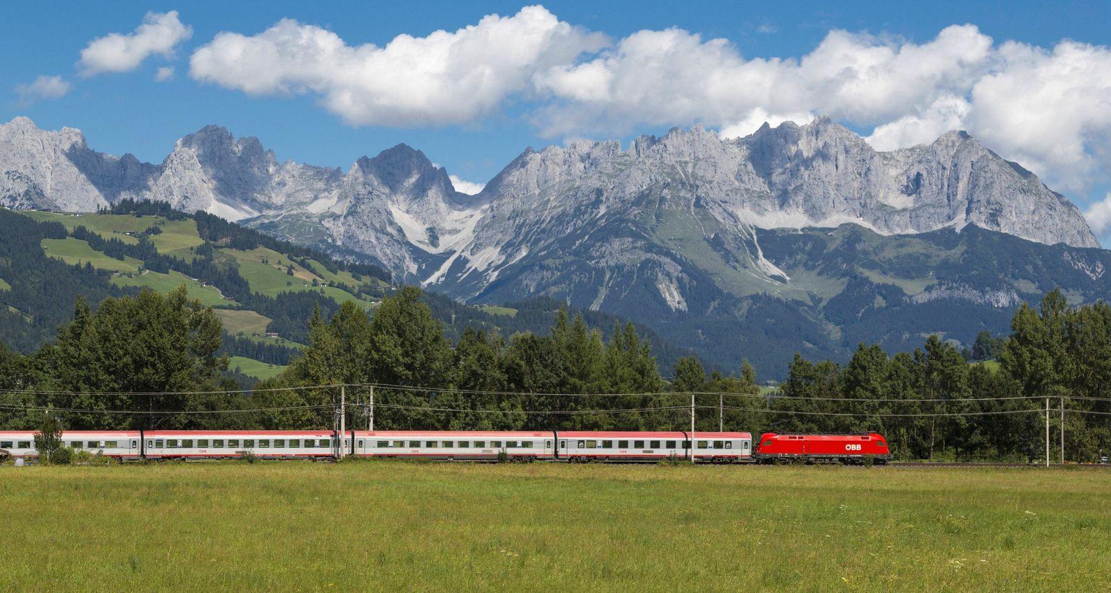 Zug bei Gundhabing Kitzbühel Tirol Österreich Train near Kitzbühel Tyrol Austria BLWX047424 Co
