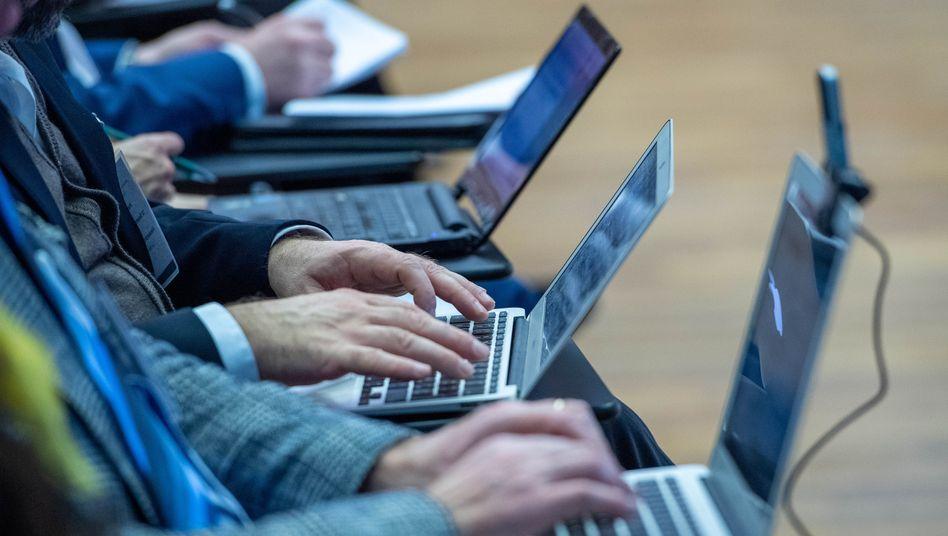 Computer und Smartphones überall: Auch durch die Nutzung des Internets wird viel Energie verbraucht