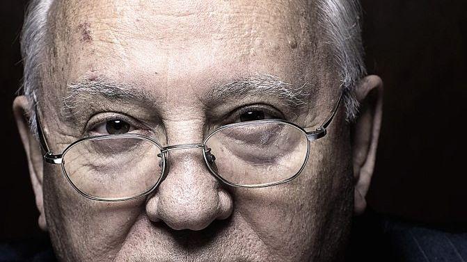 Michail Gorbatschow wurde 1931 in der Ortschaft Priwolnoje im Nordkaukasus geboren. Mit 21 Jahren trat er der Kommunistischen Partei der Sowjetunion (KPdSU) bei und begann eine Karriere als Funktionär. Von 1985 bis 1991 war er Generalsekretär der KPdSU und damit mächtigster Mann im Sowjetreich. Mit seiner Politik aus Glasnost (Offenheit) und Perestroika (Umbau) leitete er das Ende der UdSSR und des Kalten Kriegs ein. 1990 erhielt er den Friedensnobelpreis.
