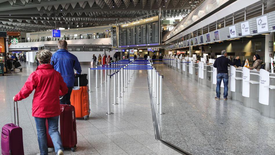 Reisende am Frankfurter Flughafen: Der 48-Stunden-Streik der Lufthansa-Flugbegleiter hat begonnen