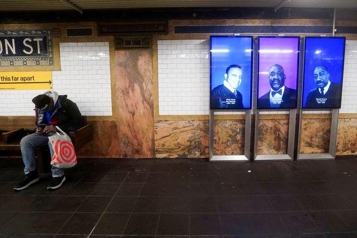 New Yorks Verkehrsbetriebe erinnerten bereits Anfang Februar mit einer Gedenkaktion an Mitarbeiter, die im Zusammenhang mit dem Coronavirus gestorben waren