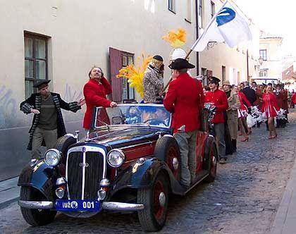 """Parade für den """"Tag des Fisches"""": Die Kostüme leihen sich die Uzupier beim Zirkus"""