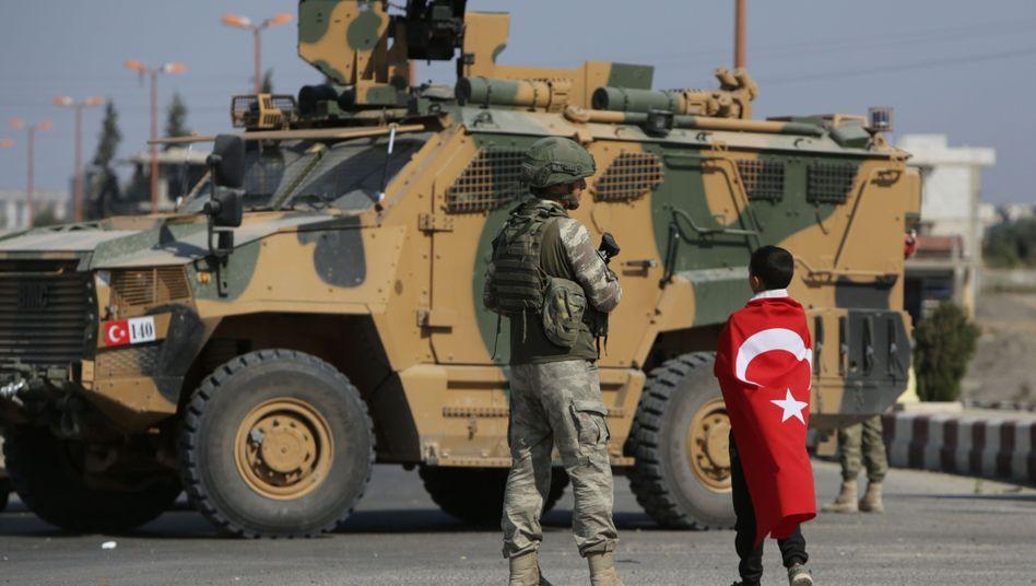 """Türkische Soldaten in der nordsyrischen Stadt Tall Abjad: """"Meine Zweifel an der Türkei sind gewachsen"""", sagt Mützenich"""