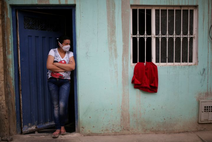 Auch in Kolumbiens Hauptstadt Bogotá haben Bewohner rote Tücher aus den Fenstern gehängt, sie bedeuten: Wir leiden Hunger