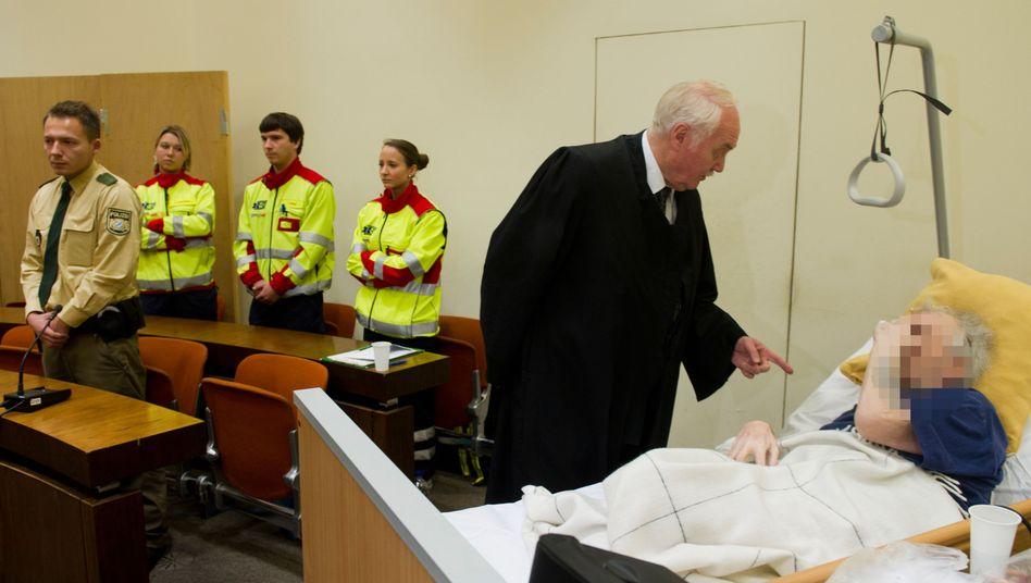 Der Angeklagte verfolgte die Urteilsverkündung vom Krankenbett aus.