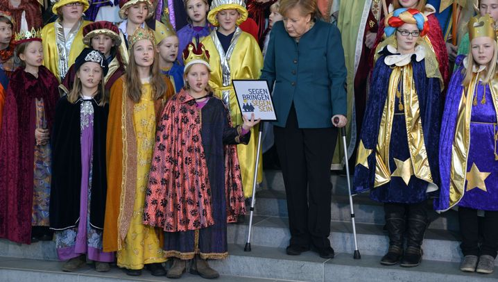 Merkel nach dem Skiunfall: Auftritt mit Krücken