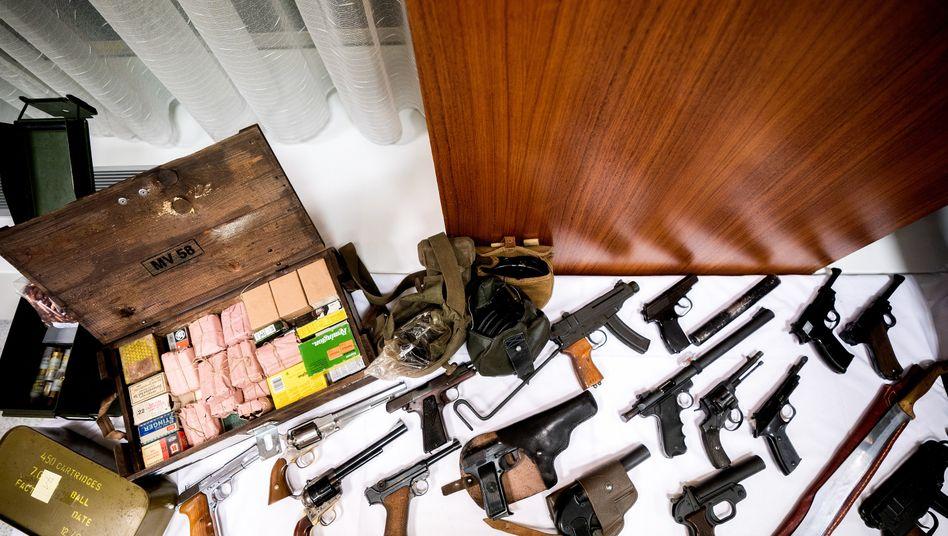 Die Landespolizeidirektion Wien zeigte Teile der beschlagnahmten Waffen bei einer Pressekonferenz