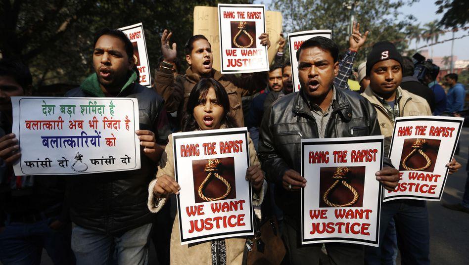 Gruppenvergewaltigung: Sechs Inder wegen Mordes an Studentin angeklagt