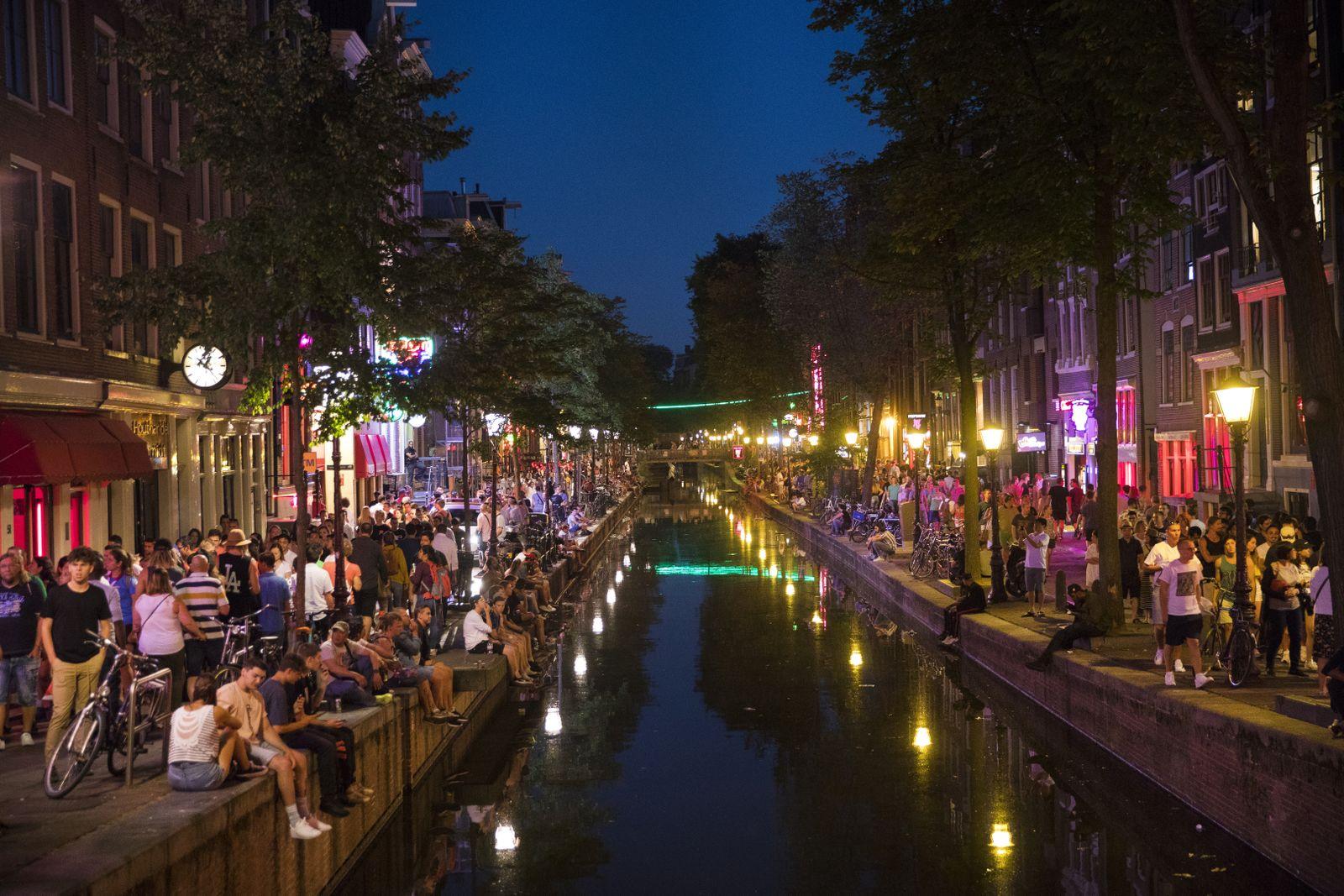 EINMALIGE VERWENDUNG SPIEGEL PLUS SP33/2018. S.22 Amsterdam / Touristen