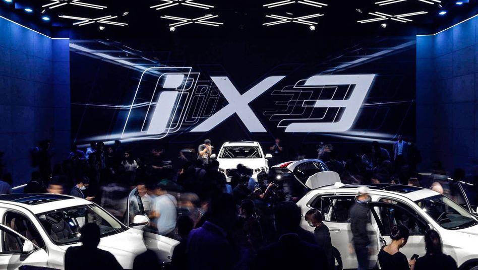 BMW-Werbeschau für den iX3 (in Shenyang, China): Wo soll das ganze Lithium für die Akkus herkommen?