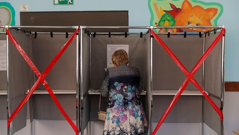 Wahllokal in Tomsk: In 18 russischen Regionen werden neue Gouverneure und Regionalparlamente gewählt