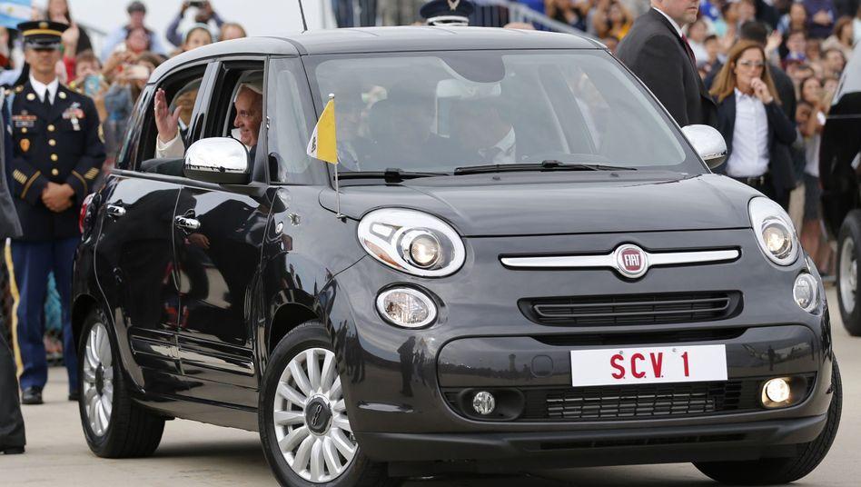 Winke, winke: Papst Franziskus im Fiat 500